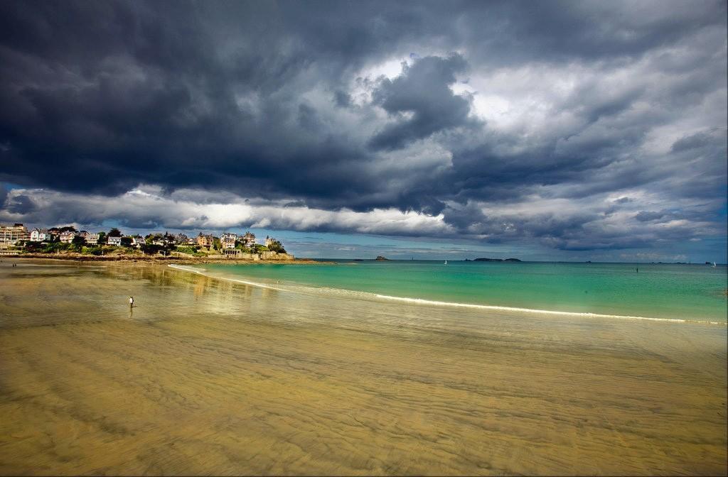 Cette plage Bretonne gagne nettement en reliefs grâce à ce ciel d'après tempête typique de cette région !