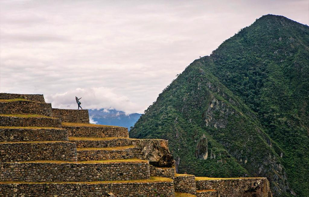 Cette photo du Machu Picchu aurait beaucoup moins d'impact sans cette silhouette qui semble prendre son envol. C'est le pivot de la composition du cadre.