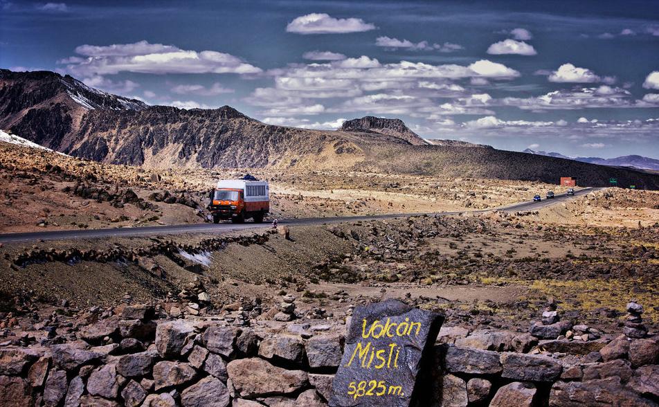 Cette vue de ce paysage presque lunaire serait bien fade sans ce petit bus coloré et ce panneau indicatif qui donne plus de sens à l'image.