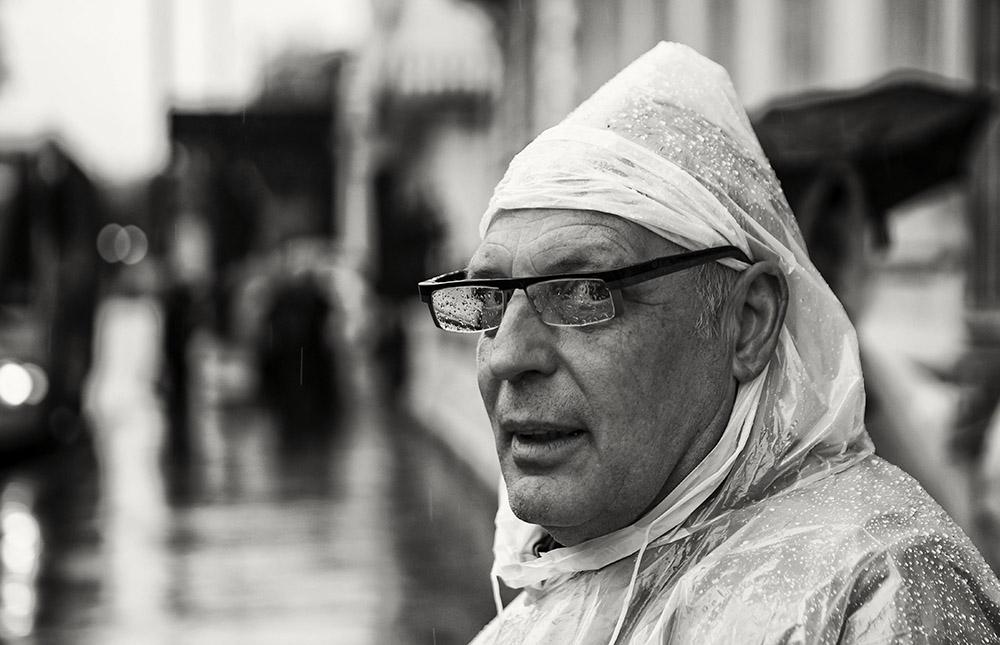 La pluie peut être une bonne alliée pour des portraits décalés ^^