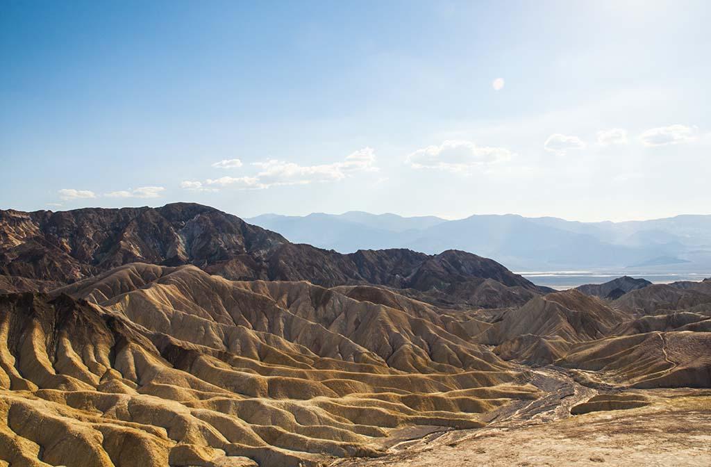 Les dunes fossilisées de couleur ocre s'étendent aussi loin que peut porter le regard