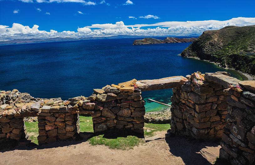 Vue des hauteurs de l'île du Soleil, lieu de naissance présumé du premier Inca, Manco Capac