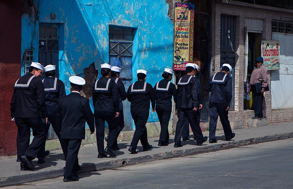 perou-lac-titicaca-puno-marine-militaire