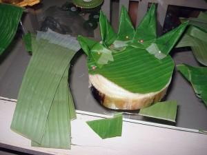 Confection d'un krathong en Thaïlande (panier végétal)
