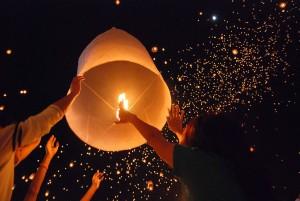 Yi peng : des personnes préparent une lanterne aérienne