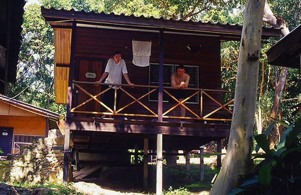 Sylvain (à droite) en 2000 lors d'un séjour de quelques jours sur l'île de Kho Samet