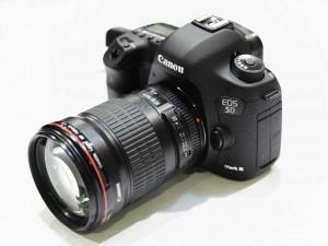 photo du reflex professionnel Canon 5D Mark III et son objectif sur fond blanc