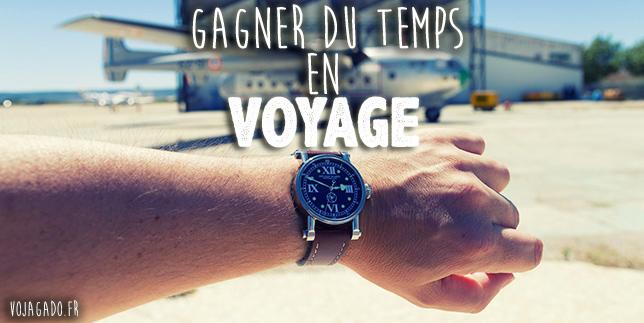 bras avec une montre sur un aéroport avec un avion en arrière plan