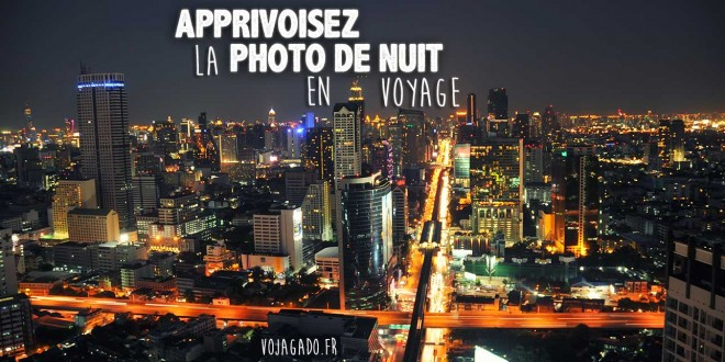 """Vue nocturne de la ville de Bangkok en Thaïlande de nuit avec la circulation et les buildings. La prise de vue a été faite du haut de la """"Ghost Tower"""" à côté de la Chao Phraya"""