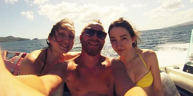 Geoffrey, Marion et une amie sont sur un bateau de type hors-bord et naviguent sur la mer des caraïbes au large de la Martinique
