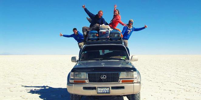 Geoffrey et Marion ainsi que d'autres amis sont montés sur le toit de leur véhicule 4x4, dans le Salar d'Uyumi, le plus grand désert de sel de la planète, situé en Bolivie, un pays d'Amérique du Sud