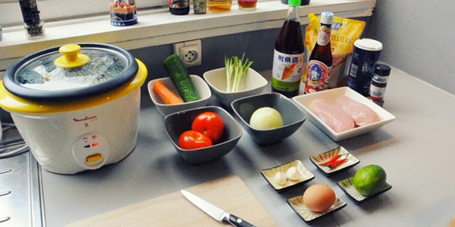 ingrédients de la recette thai du khao phat kai, avec notamment du poulet, de la sauce de poisson, des tomates, du riz, un concombre, un oignon, un oeuf, de la ciboule et de la sauce d'huitre