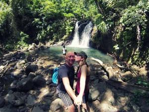 Geoffrey et Marion sont dans la forêt tropicale au coeur de l'île de la Martinique au bord d'une cascade naturelle