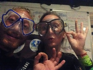 Geoffrey et Marion sont sur un bateau sur la mer des caraïbes et portent des masques de plongée sur le visage, ils s'apprêtent à faire de la plongée nocture