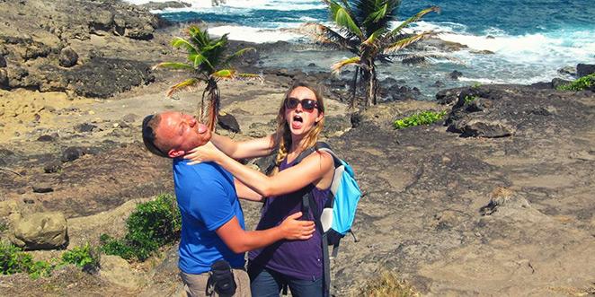 Geoffrey et Marion s'étranglent pour rire au bord de la mer des Caraïbes