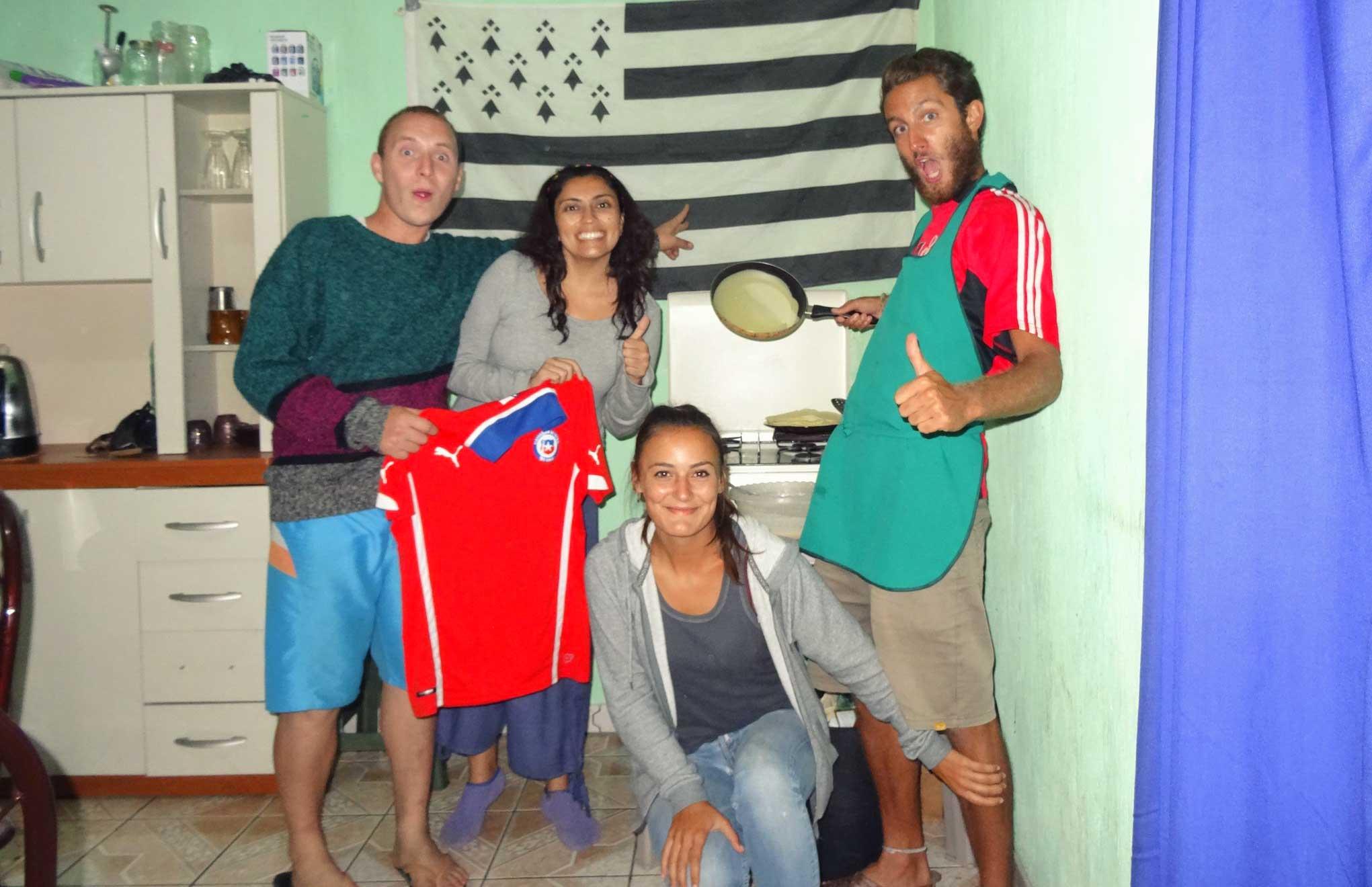 Jeanne et Stefenn font des crêpes avec des amis du guatemala