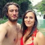 jeanne et stefenn sont au mexique, en maillot de bain, devant une chute d'eau en pleine forêt tropicale