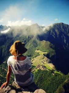 Jeanne est assise en haut du Wayna Picchu, qui domine le célébre Machu Picchu, au Pérou, pays d'Amérique du Sud