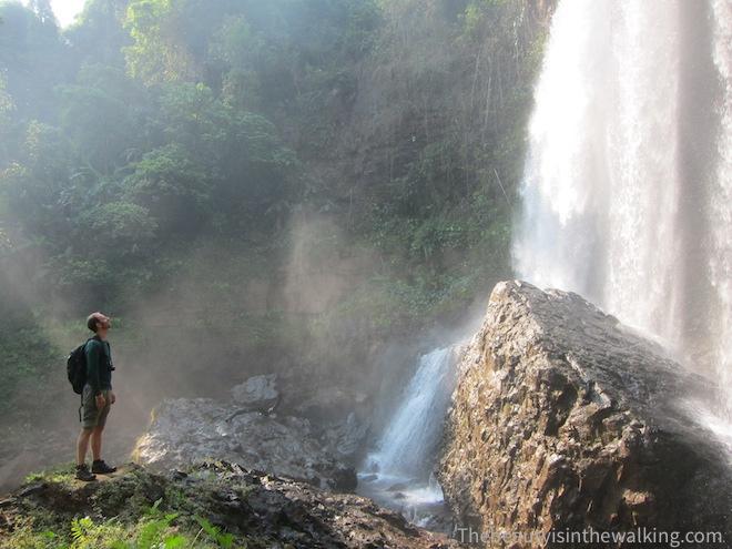 Erik devant une cascade