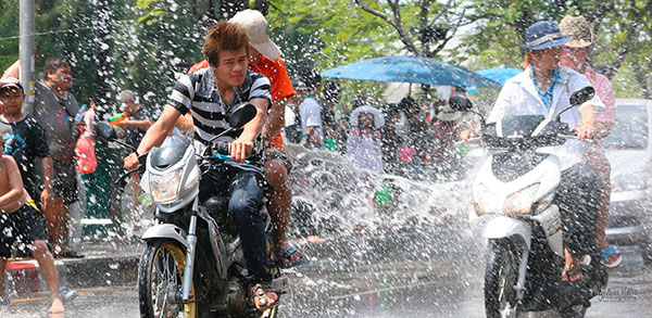 Scooter arrosé lors de Songkran