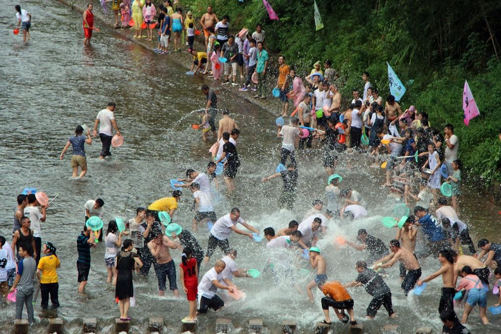 Foule qui fête Songkran dans une rivière