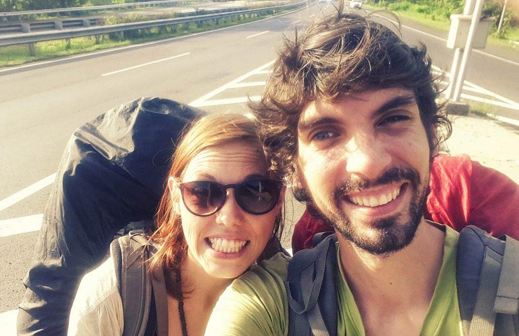 volontariat asie - laura et raphael font de l'autostop