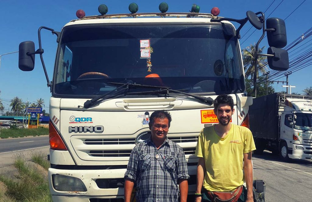 volontariat asie raphaël et un camion