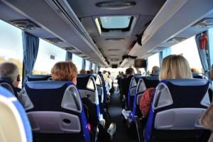 intérieur car de tourisme avec voyageurs