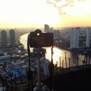 Un reflex Nikon D300S est fixé sur un trépied en haut de la tour fantôme de Bangkok (Ghost Tower) et s'apprête à photographier la rivière Chao Phraya, qui coule au coeur de Bangkok