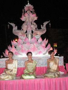 Trois filles thaïes, en costumes traditionnelles, lors de Loy Krathong à Chiang Maiai