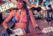 Femme qui chante dans la rue à New-York avec une guitare