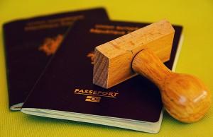 deux passeports sur un table et un tampon