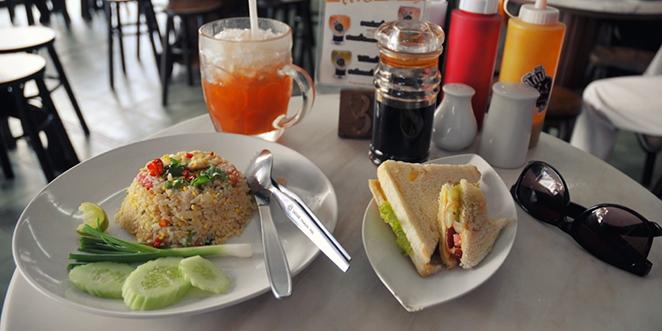 petit déjeuner à Bangkok avec thé glacé, riz frit au poulet, dit khao phat kai et un club sandwich