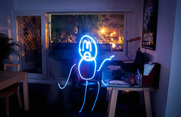essai de light painting dans l''appartement avec un bonhomme dessiné grâce à une petite lampe bleue et pose longue