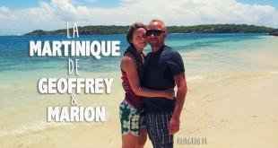 Geoffrey et Marion, un jeune couple qui vit en Martinique, se tient debout devant la mer des caraïbes en souriant sur une plage de cette île française des Antilles