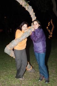 Sharon et sa cousine posent accrochées à un palmier, de nuit, dans un parc de Lima au Pérou