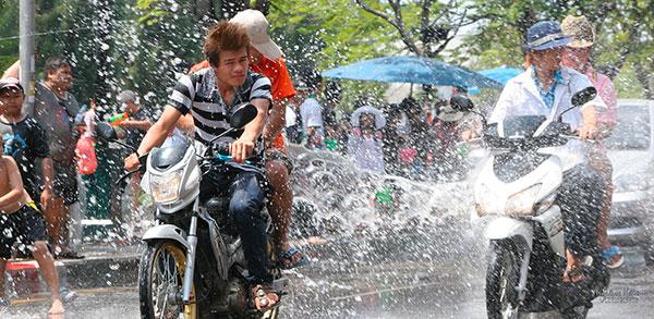 Scooter arrosé lors de Songkran