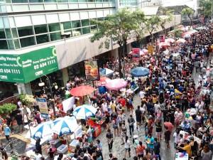 Foule qui fête Songkran