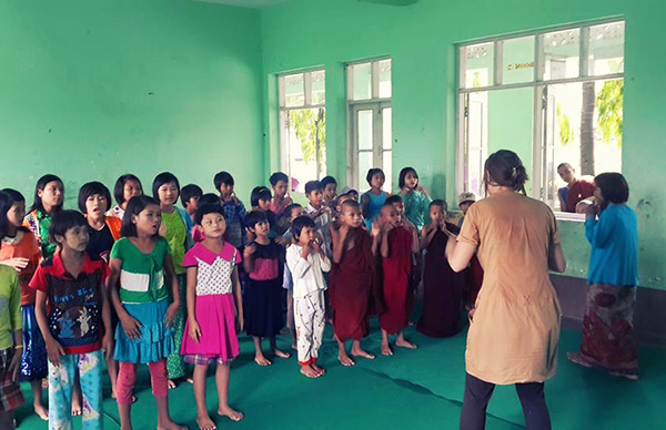 volontariat asie laura donne un cours de chant