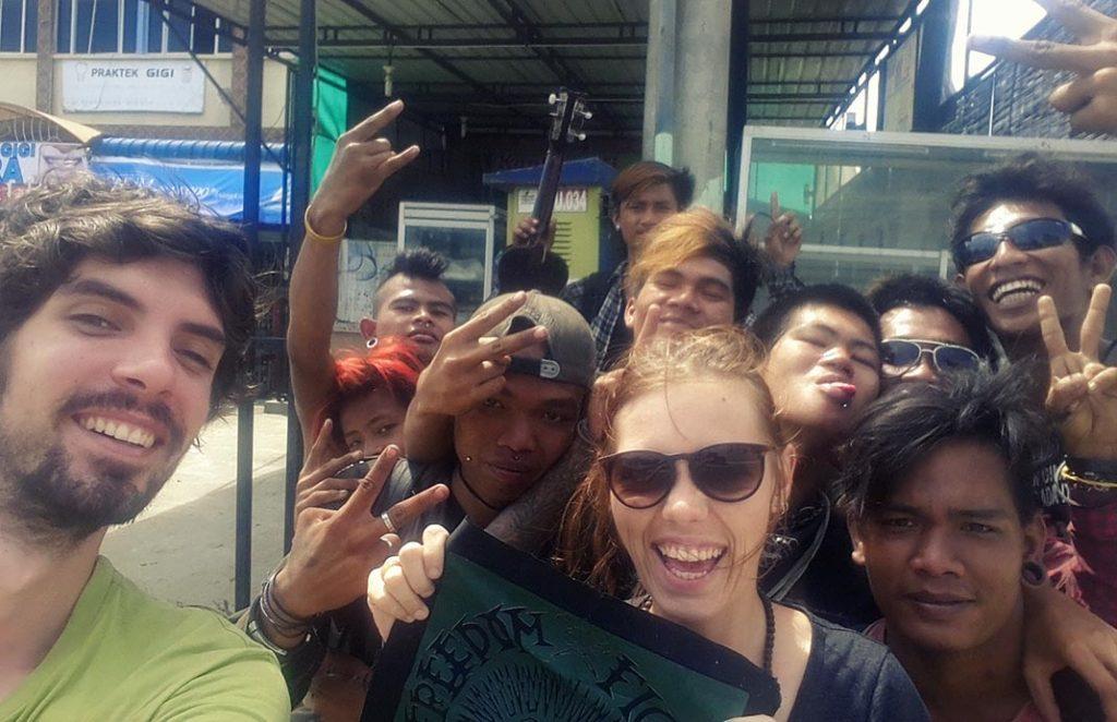 volontariat asie laura et raphael rencontrent des punks